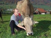Landwirt Martin Hug mit Kuh Debora.