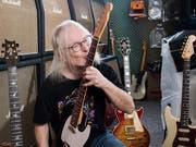 Ist quasi mit seiner Gitarre verheiratet: Bruno Eicher.