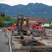 Bauarbeiten an der Rüti-/Brünigstrasse in Sarnen. Einen Drittel der 2018 verfügbaren Unterhaltsgelder für Kantonsstrassen dürfte allein diese Baustelle verschlingen. (Bild: Corinne Glanzmann (Sarnen, 7. August 2018))