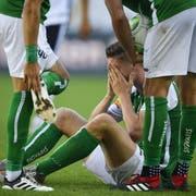 Cedric Itten sitzt nach dem Foul von Fabio Daprelà am Boden. (Bild: Keystone)