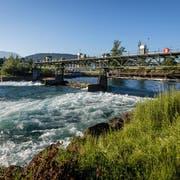 Blick auf das Wasserkraftwerk in Perlen, das von der Papierfabrik betrieben wird. Eine Restwassersanierung steht hier bevor. (Bild: Philipp Schmidli, 18. Juni 2017)
