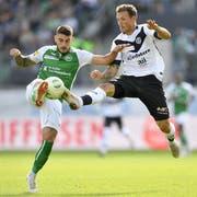 St. Gallens Leonel Mosevich gegen Luganos Alexander Gerndt. (KEYSTONE/Gian Ehrenzeller)