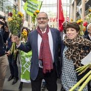 Triumphaler Einmarsch der Ständeratskandidaten an der Universität Genf: Carlo Sommaruga (SP) und Lisa Mazzone (Grüne) liegen nach dem ersten Wahlgang in Front. (KEYSTONE/Martial Trezzini)