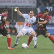 Luzern's midfielder Ruben Vargas, left, fights for the ball with Xamax'x defender Janick Kamber, right, during the Super League soccer match of Swiss Championship between Neuchatel Xamax FCS and FC Luzern, at the Stade de la Maladiere stadium, in Neuchatel, Switzerland, Sunday, October 28, 2018. (KEYSTONE/Salvatore Di Nolfi)