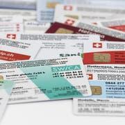 ARCHIV ? ZU DEN THEMEN AN DER HERBSTSESSION DER EIDGENOESSISCHEN RAETE VON HEUTE MITTWOCCH, 18. SEPTEMBER 2019, STELLEN WIR IHNEN FOLGENDES BILDMATERIAL ZUR VERFUEGUNG - [Symbolic Image] Different Swiss health insurance cards, photographed in Zurich, Switzerland, on September 9, 2019. (KEYSTONE/Christian Beutler)..[Symbolbild] Verschiedene Schweizer Krankenversicherungskarten, aufgenommen am 9. September 2019 in Zuerich. (KEYSTONE/Christian Beutler)