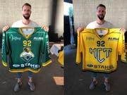 Thurgaus Goalie Janick Schwendener präsentiert seine zwei Leibchen für die Saison 2018/19. (Bilder: Matthias Hafen)
