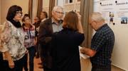 Im Anschluss an die Vorstellung des Alterskonzepts gab es beim Apéro rege Diskussionen um das zuvor Gehörte. (Bild: Christof Lampart)