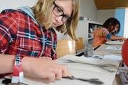 Graphit an den Fingern: eine Teilnehmerin von «Dein erstes Skizzenheft» bei Workshopleiter Fredi Bissegger. (Bild: Mathias Frei)