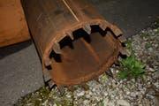 Das Stahlrohr mit Zacken, sogenannte Spalteisen, wird zuerst eingerammt. Dadurch kann Gestein zertrümmert werden. (Bilder: Beat Lanzendorfer)