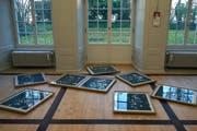 Thierry Perriards Bilder liegen arrangiert am Boden und schaffen so einen Raum, einer Wasseroberfläche gleich, auf der sich ein Gesicht zu spiegeln scheint. (Bild: Dieter Langhart)