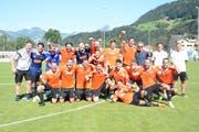 Die Spieler des FC Linth 04 jubeln nach Spielschluss, nachdem sie das oberklassige Schaffhausen trotz Rückstand mit 3:1 besiegten. Links unten der Ebnat-Kappler Silvan Bechtiger. (Bild: Beat Lanzendorfer)