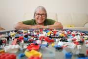 Doris Ming hört nach 10 Jahren als Sozialvorsteherin von Giswil auf und packt hier Legos für ihre Enkel. (Bild: Marion Wannemacher, 14. Juni 2018)