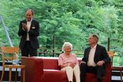Am Donnerstag gabs in Alpnach Applaus für Niklaus Bleiker. Unser Bild zeigt ihn bei der Übergabe des ersten Obwaldner Wirtschaftspreises an den Unternehmer Theo Breisacher. (Bild: Marion Wannemacher, (Giswil, 5. Juli 2017)).