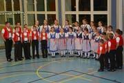 Waren Gäste am Freitagabend: Das Kinderjodelchörli Mosnang unter der Leitung von Stefan Segmüller (links). (Bild: Beat Lanzendorfer)