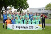 Champagnerstimmung beim FC Bütschwil-Neckertal. Die Frauen krönen sich zum dritten Mal nach 2015 und 2016 zum Ostschweizer Cupsieger. (Bild: Beat Lanzendorfer)