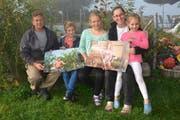 Res und Karin Rutz freuen sich mit ihren Kindern Andreas, Alina und Ramona (von links) über die Bauernkalender, deren Bilder auf ihrem Hof oberhalb von Wattwil entstanden sind. (Bild: Beat Lanzendorfer)