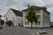 Über der Kirchberger Schule, dessen Sekretariat im Gemeindehaus untergebracht ist, ziehen sich dunkle Wolken zusammen. (Bild: Beat Lanzendorfer)