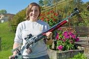 Sarina Hitz mit ihrem Luftgewehr, Zuhause im Garten in Mauren. (Bild: Mario Testa)