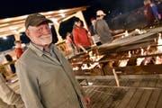 Der 72-jährige Otto Bantli sorgt am Zweifel-Grillstand fürs Feuer bis weit nach Mitternacht. (Bild: Mario Testa)