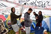 Mateo (rechts) und seine Kumpels aus der Region Kriens versuchen den Kollaps ihres Pavillons zu verhindern. (Bild: Mario Testa)