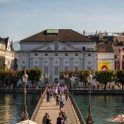 Gehört gemäss Bund zum unverzichtbaren Stadtbild Luzern: Die Achse vom Kornmarkt über den Reusssteg zum Luzerner Theater. (Bild Roger Grütter, 11. September 2018)