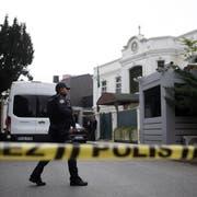 Die türkische Polizei vor dem Haus des saudischen Generalkonsuls Mohammed al-Otaibi in Istanbul. (Bild: AP Photo/Emrah Gurel)