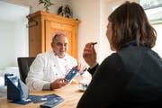 Marc Widmer, Erfinder der Frauenmond-Schokolade, lässt die Journalistin sein Produkt probieren. (Bild: Roger Grütter, Kriens, 6. März 2019)