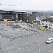 Die Fassade mit Dach der Firma Felchlin ist nun sichtbar (Bild: Andreas Seeholzer)