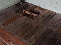 Im Boden der Badehütte klafft ein tiefes Loch. (Bild: PD)