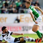 Die Attacke: Fabio Daprelà steigt rücksichtslos gegen Cedric Itten ein, der sich in der Szene schwer verletzt. (Bild: Keystone)