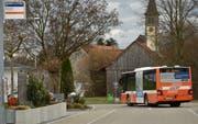 Die Buslinie 941 führt seit Dezember durch eine Quartierstrasse (Bild: Markus Schoch)