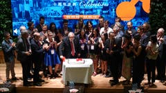 Zum zehnjährigen Jubiläum von Swissnex China in Schanghai schneidet Bundesrat Johann Schneider-Ammann die Torte an. (Bild: Erwin Lüthi (Schanghai, 7. September 2018))