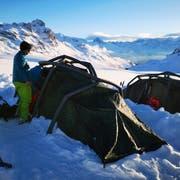 Im tiefen Schnee auf der Tannalp campierten zwei Expeditionsteams von Sekundarschülern der Luzerner Privatschule «Projektklasse». Bild: PD (15. Februar 2019)
