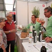 Der Aussendienst-Mitarbeiter Geri Helfenstein (rechts) von der Sarner Nahrin freut sich, dass er an der Iheimisch seine Kunden Markus und Vreni Achermann persönlich trifft. (Bild: Romano Cuonz, Buochs, 31.Mai 2019)
