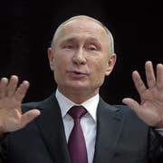 Wladimir Putin während der gestrigen TV-Sendung in Moskau. (Bild: Sergej Chirikow/EPA)