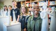 Letzte Ausstellung der Time-out-Klasse in der Kantonsbibliothek. von links nach rechts: Zoja, Njomza, Niclas, Shania und Marsola .(Bild: Andrea Stalder)