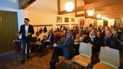 Rund 50 Personen folgen den Ausführungen von Samuel Oberholzer, VSG-Vizepräsident und Präsident der Baukommission. (Bild: Manuel Nagel)