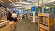 «Grüezi!» – In der «Filiale der Zukunft» werden die Amriswiler Postkunden nun persönlich in der Schalterhalle begrüsst. Auch das Ziehen von Nummern fällt ab sofort weg. (Bild: Manuel Nagel)