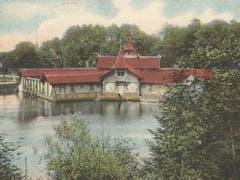 Die 1896/97 gebaute Frauenbadanstalt am östlichen Ende des Chrüzweiers auf Dreilinden. Auf der 1902 gelaufenen Ansichtskarte ist links dahinter der in den 1920er-Jahren aufgefüllte Nellusweier zu erkennen. (Bild: Sammlung Reto Voneschen)