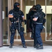 Auch vor der CH-Media-Redaktion in Aarau war die Polizei präsent. (Bild: Claudio Thoma)