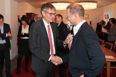 Nationalrat Karl Vogler (links) gratuliert Peter Krummenacher (CVP) zum Ergebnis. Dieser hat die Wahl in den Nationalrat mit 87 Stimmen Unterschied verpasst. (Bild: Roger Zbinden, Sarnen, 20. Oktober 2019)