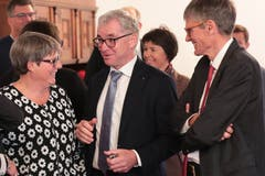 CSP-Fraktionspräsidentin Helen Keiser mit Ständerat Erich Ettlin (Mitte) und dem zurücktretenden Nationalrat Karl Vogler im Gespräch. (Bild: Roger Zbinden, Sarnen, 20. Oktober 2019)