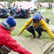 Zelt aufbauen, Zelt abbauen, und dazwischen viel erleben: Zwei Pfadfinder legen während eines Pfingstlagers übereinander. (Bild: Keystone/MANUEL LOPEZ)