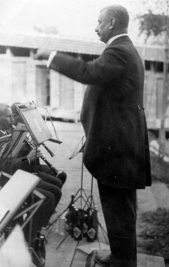 Die Feldmusik Weggis unter Dirigent und Strandbad-Initiant Andreas Zimmermann spielt 1919 während der Eröffnung. (Bild: Gemeinde Weggis)