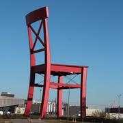 Das Werbesymbol von XXXLutz: Ein XXXL-Stuhl. Davon gibt es ganz viele. (Bild: Wikimedia Commons/ Karl Gruber)