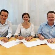 Vertragsunterzeichnung mit dem Hauptsponsor: (von links) Matthias Hautle, Claudia Dischl und Marc Rüdisühli. (Bild: PD)
