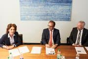 Béatrice Sidler mit CEO Bruno Thürig (Mitte) und Bankdirektor Daniel Dillier an der Bilanz-PK Anfang Jahr. (Bild: Jakob Ineichen, Sarnen, 19. Februar 2019)