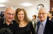 Autor Paul Steinmann, Regisseurin Eva Mann und Rolf Lyssy, Erfinder der Geschichte und Regisseur des Films aus dem Jahr 1978 (von links), freuen sich über die Theaterpremiere. (Bild: Romano Cuonz (Buochs, 12. Januar 2019))