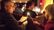 Die Besucher geben das Licht von einer Kerze zur nächsten weiter, bis Hunderte Flammen brennen. (Bild: Andreas Taverner)
