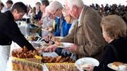 Das Anstehen an den Buffets des Jubiläums-Brunches in Gachnang. (Bild: Andreas Taverner)
